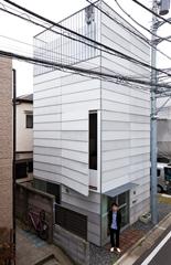 天空率を採用することにより、高さを約9mまで上げた「Small House」のエントランス前に立つ畝森泰行さん。